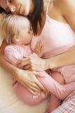 Madre e hija que duermen en cama imagen de archivo libre de regalías