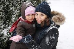 Madre e hija que gozan de nieve fotos de archivo