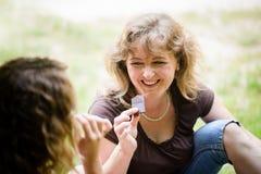 Madre e hija que gozan del chocolate, al aire libre Fotos de archivo