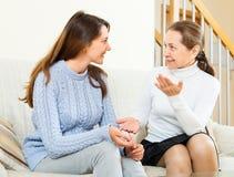 Madre e hija que hablan en el sofá Fotografía de archivo libre de regalías