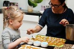 Madre e hija que hacen las galletas de la Navidad Fotos de archivo libres de regalías