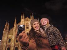 Madre e hija que hacen turismo y que toman las fotos en Milán fotos de archivo libres de regalías