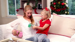 Madre e hija que intercambian los regalos en la Navidad almacen de video