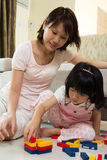 Madre e hija que juegan bloques Fotografía de archivo libre de regalías
