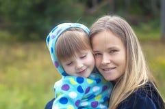 Madre e hija que juegan en el parque foto de archivo