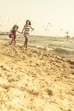 Madre e hija que juegan en la playa fotografía de archivo libre de regalías