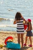 Madre e hija que juegan en la playa Foto de archivo