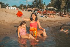 Madre e hija que juegan en la playa imagen de archivo libre de regalías