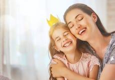 Madre e hija que juegan y que abrazan Fotografía de archivo libre de regalías