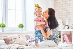 Madre e hija que juegan y que abrazan Foto de archivo libre de regalías