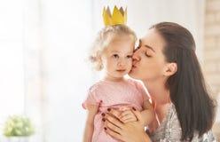 Madre e hija que juegan y que abrazan Imágenes de archivo libres de regalías