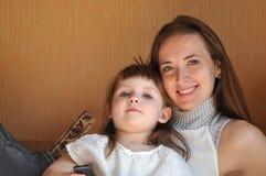 Madre e hija que leen un libro imagen de archivo libre de regalías