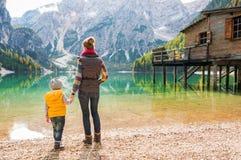 Madre e hija que llevan a cabo las manos en el lago Bries Imágenes de archivo libres de regalías