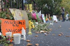 Madre e hija que miran tributos para honrar a víctimas del tiroteo de la mezquita de Christchurch fotografía de archivo libre de regalías