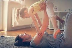 Madre e hija que pasan el tiempo libre junto Foto de archivo libre de regalías