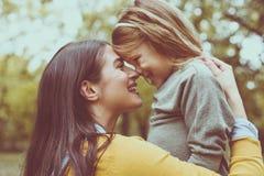 Madre e hija que pasan tiempo en parque de la ciudad Imagen de archivo