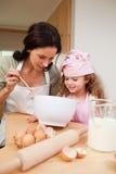Madre e hija que preparan las galletas Fotografía de archivo