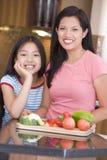Madre e hija que preparan una comida Imágenes de archivo libres de regalías
