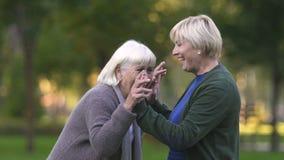 Madre e hija que ríen sinceramente, disfrutando de la vida, divirtiéndose junta almacen de video