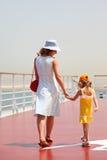 Madre e hija que recorren en cubierta del trazador de líneas de la travesía Imagenes de archivo