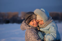 Madre e hija que recorren en parque Fotografía de archivo libre de regalías