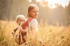 Madre e hija que recorren en trigo Fotografía de archivo libre de regalías