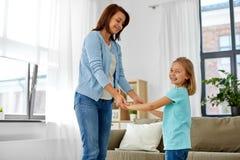 Madre e hija que se divierten en casa foto de archivo libre de regalías