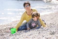 Madre e hija que se divierten en la playa Imagen de archivo