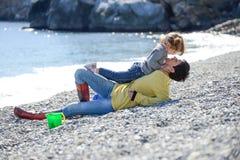 Madre e hija que se divierten en la playa Fotos de archivo libres de regalías