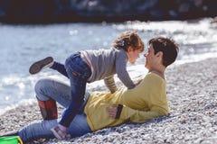 Madre e hija que se divierten en la playa Imagen de archivo libre de regalías