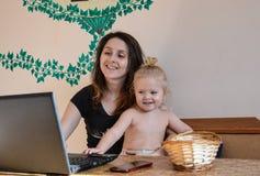 Madre e hija que se divierten junto Fotos de archivo libres de regalías