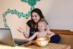 Madre e hija que se divierten junto Imagen de archivo libre de regalías