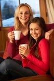 Madre e hija que se relajan en el sofá junto Foto de archivo libre de regalías