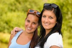 Madre e hija que sonríen en el parque Fotografía de archivo libre de regalías