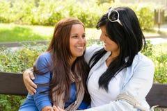 Madre e hija que sonríen en uno a Fotos de archivo libres de regalías