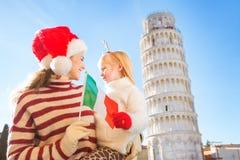 Madre e hija que sostienen la bandera italiana La Navidad en Pisa Fotografía de archivo