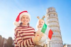 Madre e hija que sostienen la bandera italiana La Navidad en Pisa Imagen de archivo