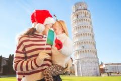Madre e hija que sostienen la bandera italiana La Navidad en Pisa Imagen de archivo libre de regalías