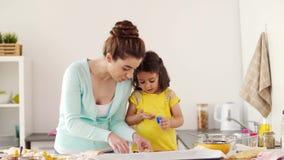 Madre e hija que tienen cocina de la diversión en casa almacen de video