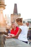 Madre e hija que viajan - dos turistas que estudian un mapa Foto de archivo
