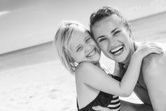 Madre e hija sanas sonrientes en el abarcamiento de la costa Foto de archivo libre de regalías