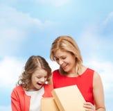 Madre e hija sonrientes con la caja de regalo Fotografía de archivo libre de regalías