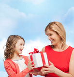 Madre e hija sonrientes con la caja de regalo Foto de archivo