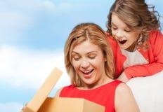 Madre e hija sonrientes con la caja de regalo Fotos de archivo