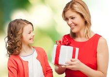 Madre e hija sonrientes con la caja de regalo Imágenes de archivo libres de regalías