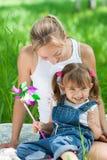 Madre e hija sonrientes en los pantalones vaqueros al aire libre Foto de archivo libre de regalías