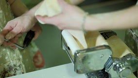 Madre e hija sonrientes que preparan la pasta junta 4k almacen de video