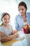 Madre e hija sonrientes que unen Imágenes de archivo libres de regalías