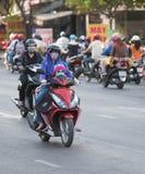 Madre e hija vietnamitas del motorista Imágenes de archivo libres de regalías