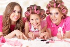 Madre e hijas en bigudíes de pelo Fotografía de archivo libre de regalías
